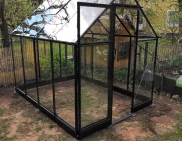Halls Qube 5,0 musta värvi karastatud klaasiga